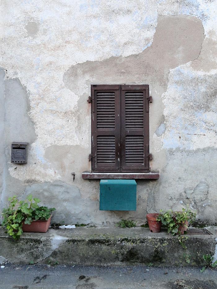 composition fenêtre, boite aux lettre, devant maison, afa, corse