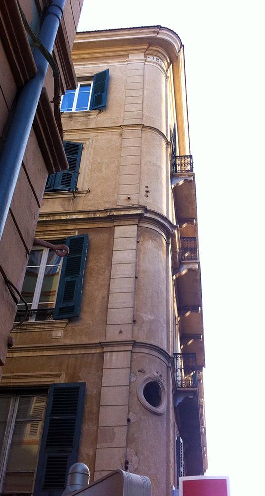 angle immeuble, modenature, corbeau, balcon