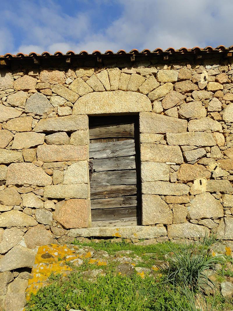 appareillage pierre, porte, linteau, inscriptions, maison corse