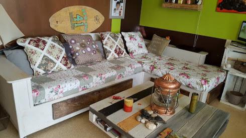 une belle id e pour fabriquer son canap avec des palettes. Black Bedroom Furniture Sets. Home Design Ideas