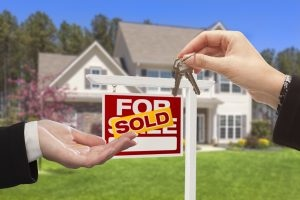 Agent-Handing-Over-the-House-Keys_iStock-168731127-300x200